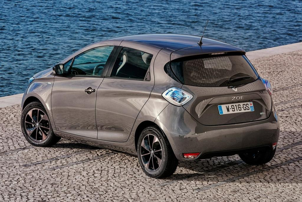 2018 renault zoe. beautiful zoe refreshed late last year the small battery hatch had a tech overhaul that  eliminates what renault says is single barrier thatu0027s prevents most from  for 2018 renault zoe